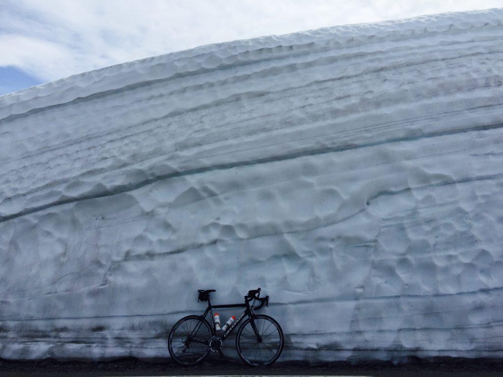 Dit is ook fietsen in Noorwegen: metershoge sneeuwmuren langs de weg. Deze foto is genomen in eind juni.